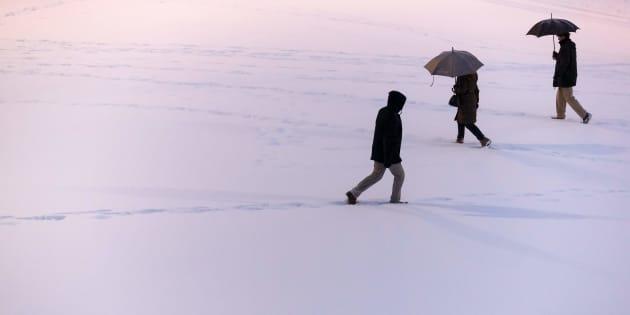 Varios ciudadanos caminan sobre la nieve en Burgos, en el temporal del pasado febrero.