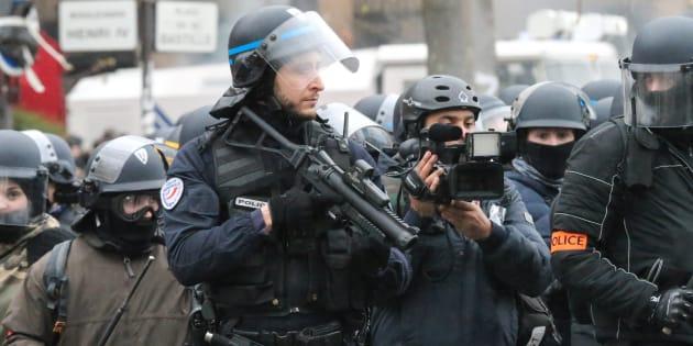 Un policier avec un lanceur de balle de défense place de la Bastille à Paris le 26 janvier 2019.
