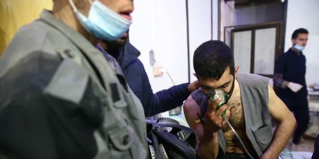 Des hommes dans un hôpital de Douma, dans la Ghouta orientale, le 25 février.