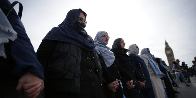 Des dizaines de femmes se sont réunies pour créer une chaîne humaine sur le pont de Westminster