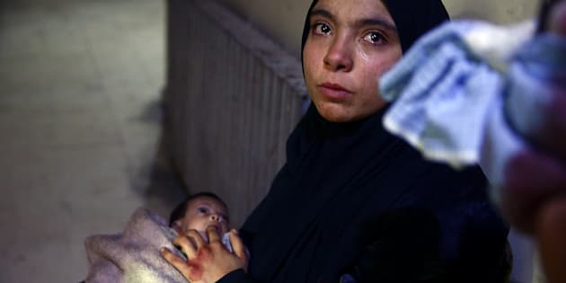 Heba Amouri ofrece a su hija su dedo ante la ausencia de alimentos, en un hospital de Douma, el pasado 8 de noviembre.
