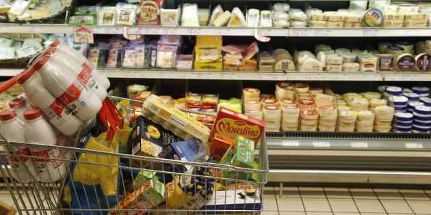 Un caddie rempli de courses dans un supermarché français (photo d'illustration).