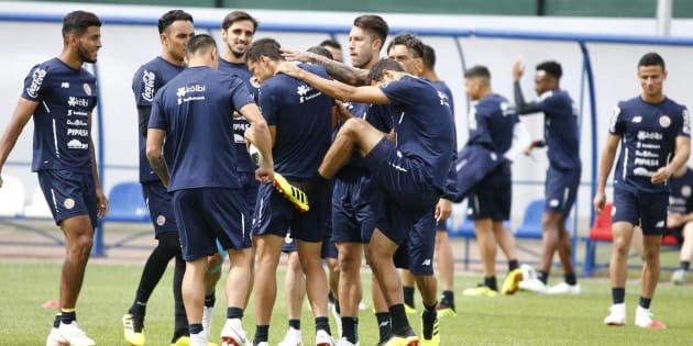 Jogadores da Costa Rica treinam em São Petersburgo na véspera de jogo com Brasil.