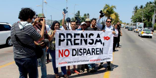 Reporteros de diferentes medios de Acapulco, se manifestaron por una hora en la costera para exigir justicia por el asesinato del corresponsal del Excélsior en Tamaulipas el periodista Héctor González Antonio, en Acapulco, Guerrero, el 30 de mayo de 2018.