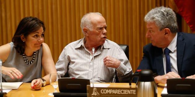 Rosendo Naseiro (centro) asiste a la comisión de investigación.