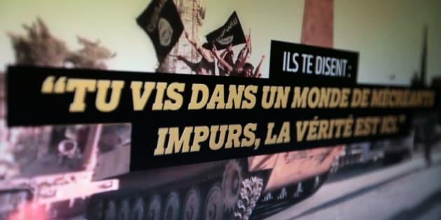 Un écran montre le film de campagne du gouvernement contre la radicalisation sur Internet.
