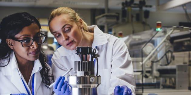 Resultado de imagem para Mulheres são 49% do total de pesquisadores do Brasil