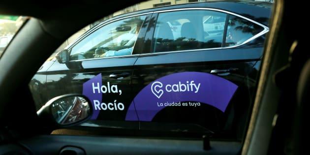 Un coche de Cabify a través de la ventana de un coche particular en Málaga.