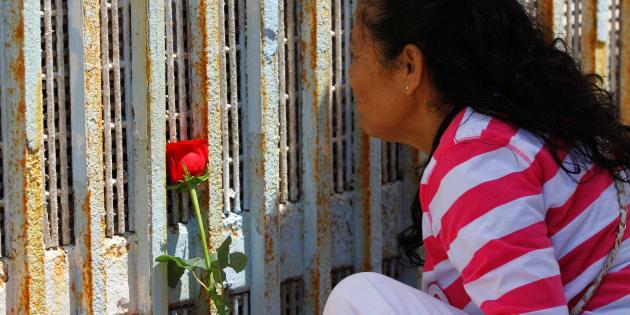 Une femme souligne la fête des Mères devant la frontière entre les États-Unis et le Mexique. Tijuana, 13 mai 2017.