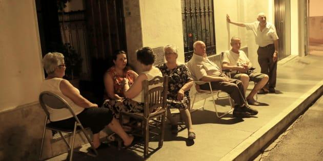 Vecinos de Ronda (Málaga), tratando de tomar en fresco ante sus casas.