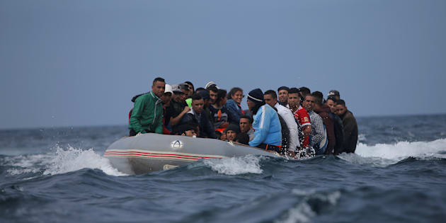 Una lancha con inmigrantes, minutos antes de desembarcar en la Playa del Cañuelo, en Tarifa (Cádiz), el pasado 27 de julio.