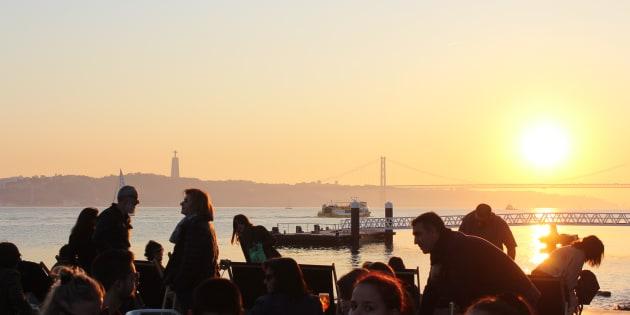 Turistas y lisboetas contemplan el atardecer sobre el Tajo mientras toman algo. La lusa es una de las capitales europeas con más horas de sol.