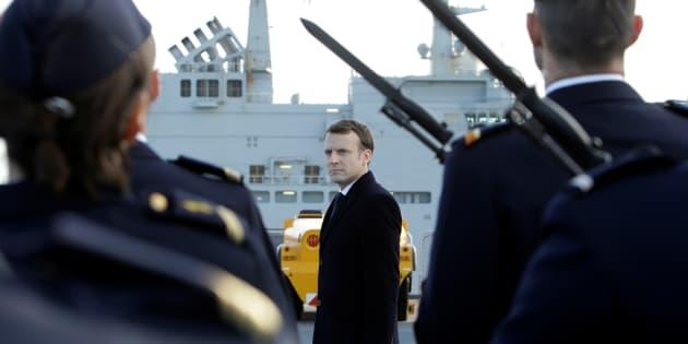 Emmanuel Macron sur le pont du Dixmude.
