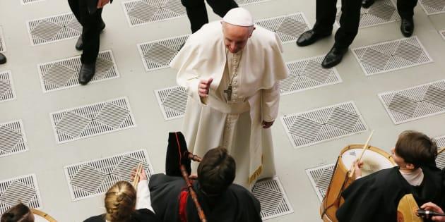 La sfida surfista di Bergoglio sui migranti. Francesco contro l