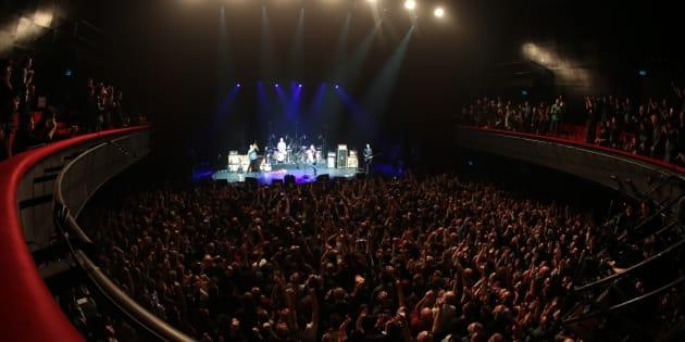 Le public de l'Olympia durant le concert des Eagles of Death Metal pour leur retour à Paris, en février 2016