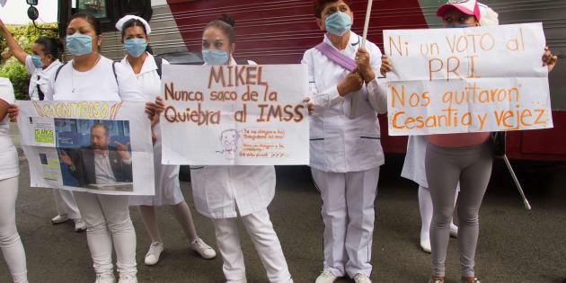 Trabajadores del IMSS realizaron una protesta en las afueras de la casa de campaña del candidato a la jefatura del Gobierno de la Ciudad de México, Mikel Arriola.
