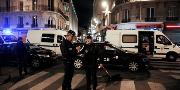Des policiers sécurisant le périmètre après l'attaque au couteau dans le 2e arrondissement de Paris le 12 mai 2018.