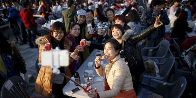 韓国・仁川でセルフィーを撮る中国人旅行客(2016年3月28日)