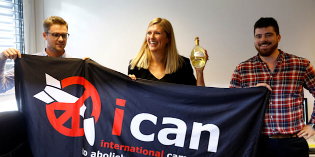 Les représentants de ICAN célèbrent le Prix Nobel de la paix 2017, le 6 octobre à Genève.