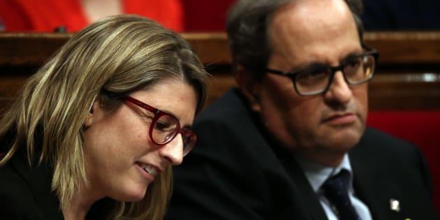 Elsa Artadi, con Quim Torra al fondo, esta primavera en el Parlament catalán.