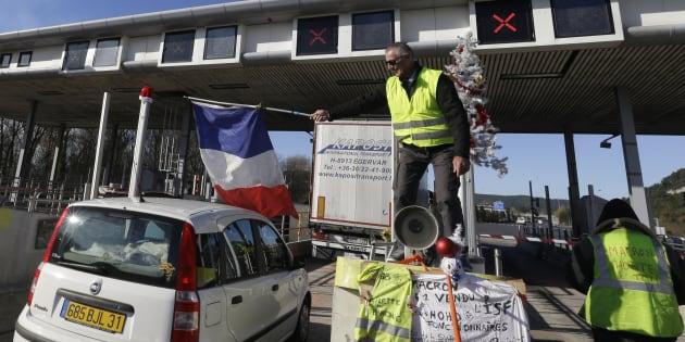 Un manifestant des gilets jaunes brandissant un drapeau tricolore à proximité d'Aix-en-Provence (illustration).