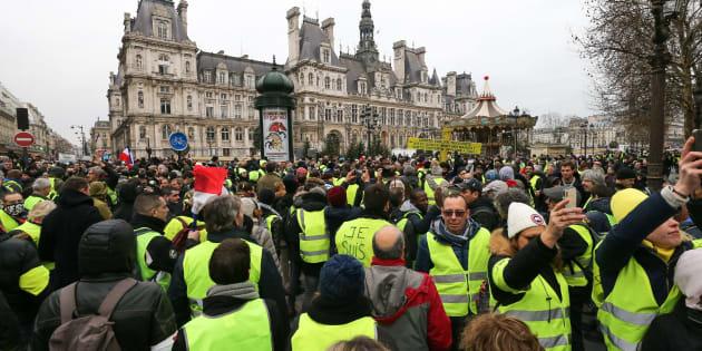 """Des gilets jaunes lors de l'""""acte 8"""" à Paris le 5 janvier 2019."""