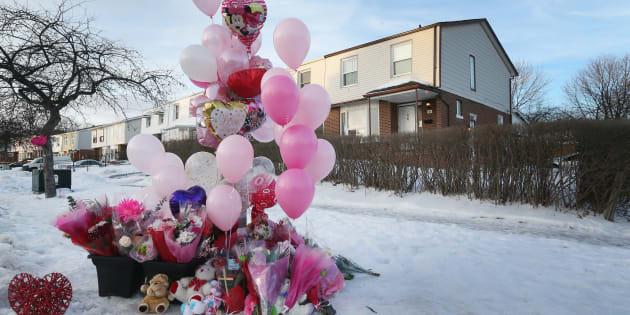Des ballons et des fleurs ont été déposé à la maison du 106, Hansen Road North, où Riya Rajkumar a été découverte à Brampton, en Ontario.