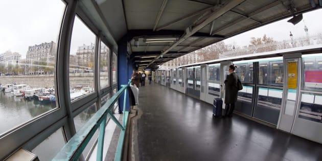 C'est à la station Bastille, sur la ligne 1 du métro de Paris que l'attaque s'est produite. La victime souffre de brûlures graves aux mains, aux avant-bras et au visage.