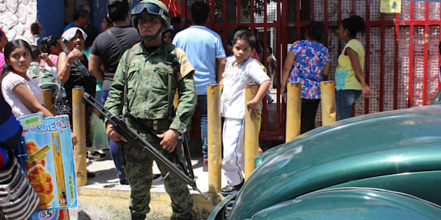 Militares resguardan la escuela Avila Camacho de Acapulco, Guerrero, el 21 de agosto de 2017.