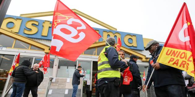 """Les futurs ex-salariés de Castorama obligés de former leurs remplaçants polonais? L'entreprise parle d'une """"maladresse""""."""