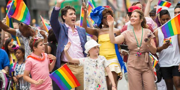 Primeiro-ministro canadense Justin Trudeau, a esposa, Sophie Gregoire e os filhos na parada gay de Toronto.