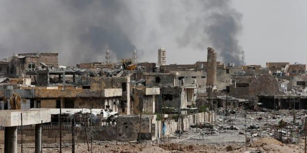 Des fumées au-dessus de la vieille-ville de Mossoul en Irak le 3 juillet 2017.