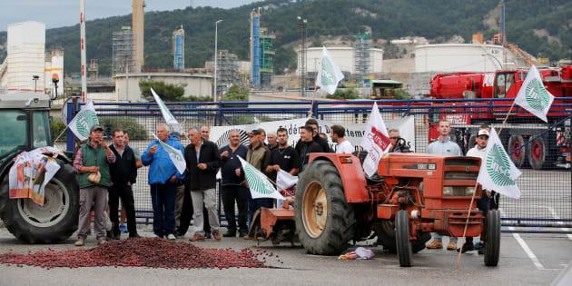 Des agriculteurs de la FNSEA devant la raffinerie Total à La Mède, lundi 11 mai