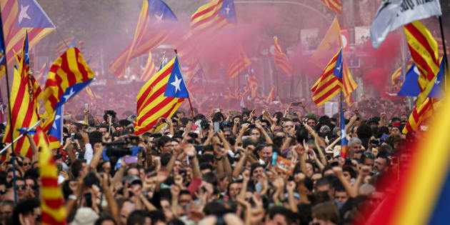 Catalães comemoram a declaração de independência da Espanha, aprovada hoje pelo Parlamento Catalão.