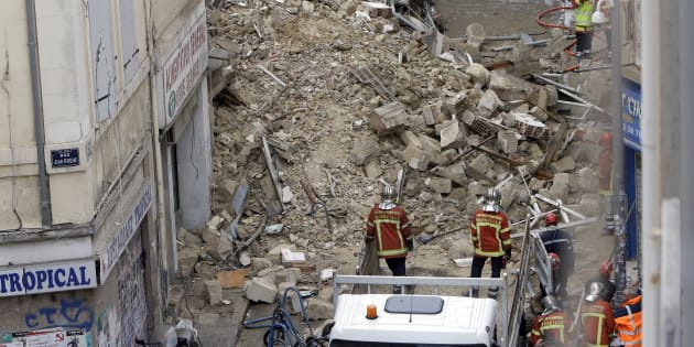 Les pompiers, ici photographiés le lundi 5 novembre jour de l'effondrement de deux immeubles à Marseille, ont découvert le corps d'un homme, ce mardi 6 novembre.