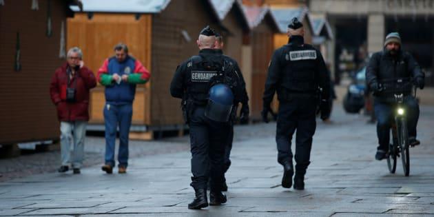Des policiers sécurisant le marché de Noël à Strasbourg le 12 décembre 2018.