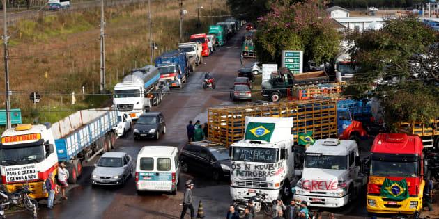 Caminhoneiros em greve bloqueiam refinaria em Araucária, no Paraná.