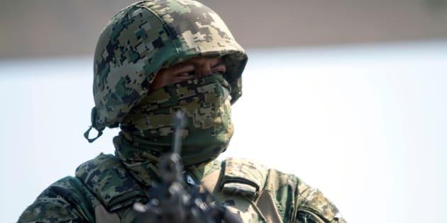Miembros de la Marina y la Policía Federal montan guardia en un puesto de control en la ciudad fronteriza de Reynosa, estado de Tamaulipas, México.