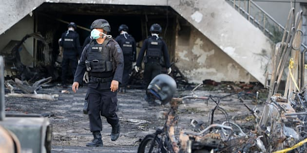 L'État islamique revendique des attaques suicides contre des églises en Indonésie (Photo d'illustration: un membre des forces de l'ordre indonésiennes à Surabaya le 13 mai 2018)