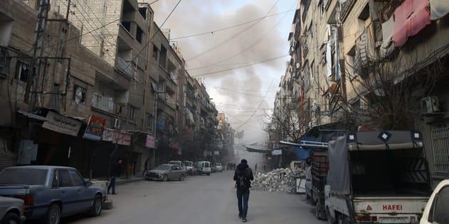 Ce dimanche, les bombardements ont continué à proximité de la ville de Douma, en dépit de la résolution de cessez-le-feu votée la veille à l'ONU. (Photo prise dans la ville de Douma, dans la région de la Ghouta orientale, le 23 février 2018)