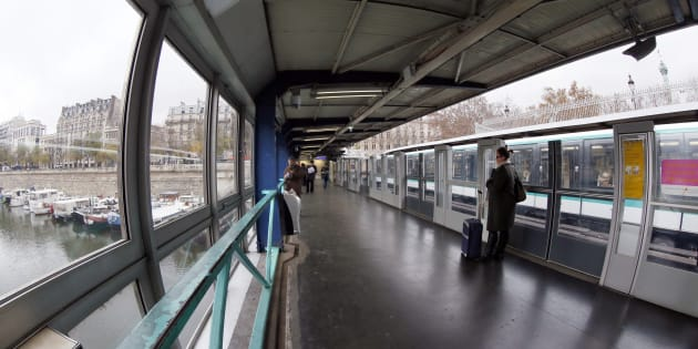 Le suspect de l'agression au liquide inflammable à Paris mis en examen (Photo d'illustration prise le 27 novembre 2012 à la station de métro Bastille, à Paris)