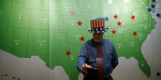 A man takes a selfie in front of the Electoral College Map during a U.S. Election Watch event hosted by the U.S. Embassy at a hotel in Seoul, South Korea, November 9, 2016.   REUTERS/Kim Hong-Ji
