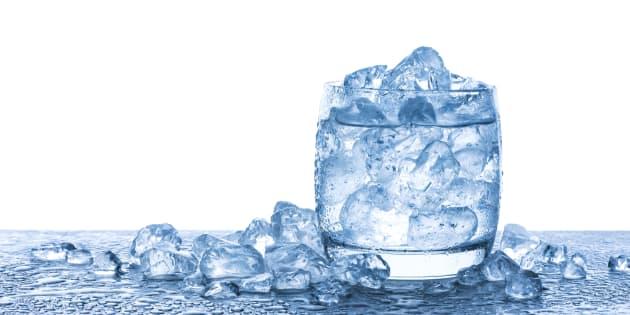 Beber água é fundamental para o funcionamento do corpo.