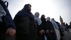 Ces femmes créent une chaîne humaine sur le pont de Westminster contre le