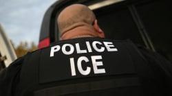 Inmigración de EU detiene a una mujer por un mes a pesar de que ella dice que califica para la