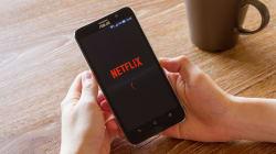 Il regarde 188 épisodes d'une série en une semaine, Netflix s'inquiète et le