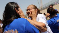 Familias separadas entre México y Estados Unidos derriban la frontera con un