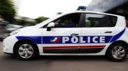 Un homme attaque des passants et policiers en criant