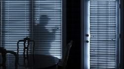 Accoltellato durante un festino, fugge calandosi dal decimo piano: 15enne se lo trova in