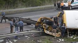 Un autobus scolaire en morceaux après un grave